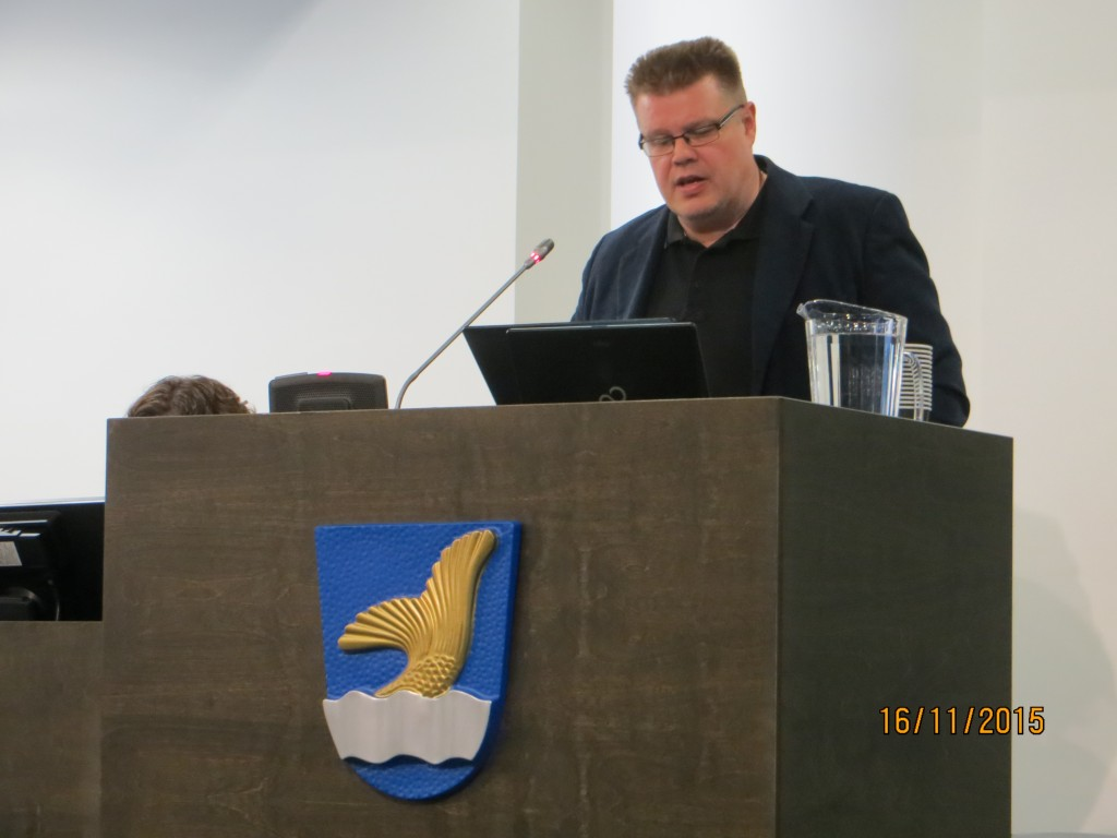 Jari puhumassa Vantaan kaupungin valtuustosalissa  2015