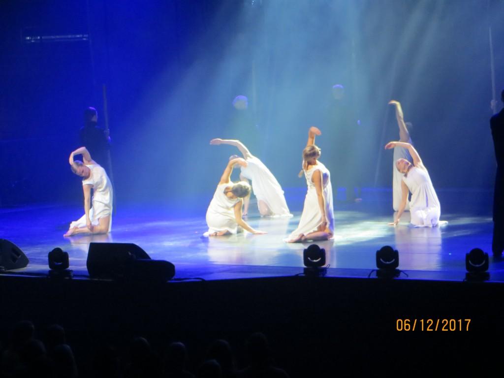 Tanssiesityksenä nähtiin Kuiskaa aikamme kuulen- ryhmän esitys, johon koreogrfian oli tehnyt Marianne Rouhiainen. Musiikkina Jean Sibeliuksen Karelia-sarjan Intermezzo, Andante Festivo