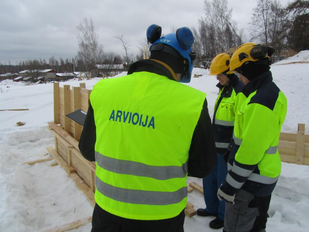 Jari arvioimassa nuorten työnäyttöjä Vantaan Variassa