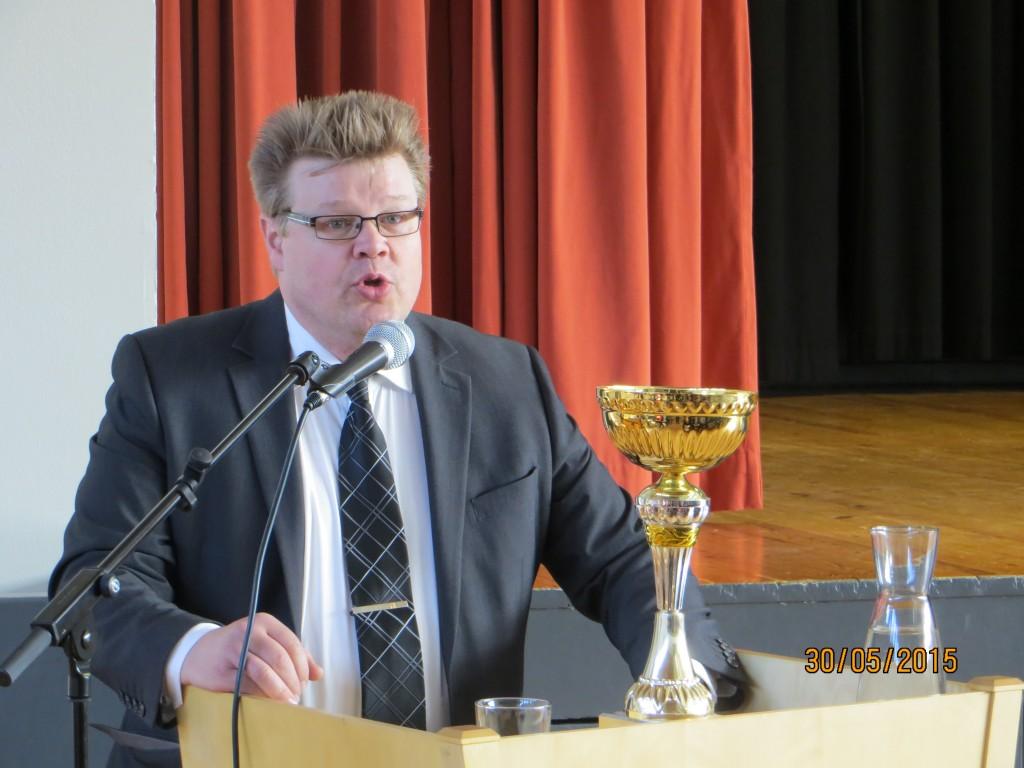Jari luovuttamassa kiertopalkinnon Varian rakennusalan työturvallisuuskilpailun voittajille, 2015