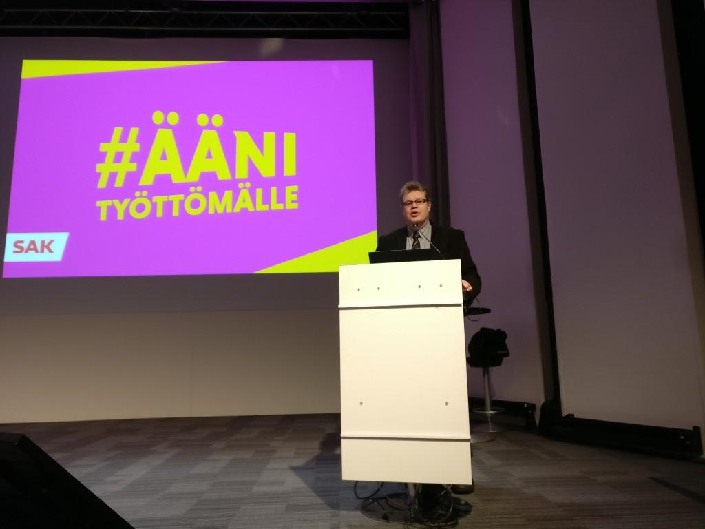 Rakennusliiton hallituksen jäsen Jari Jääskeläinen pitää rakennusalan puheenvuoron.